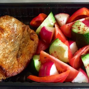 Стейк из свинины со свежими овощами