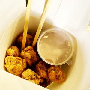 Горячие шарики в панировке с соусом