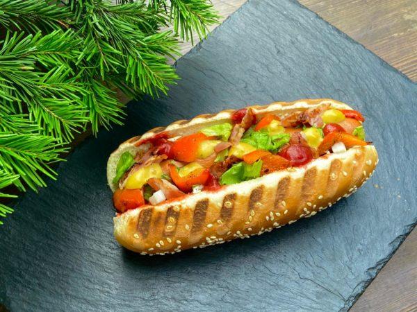 Хот-дог с беконом и печёным перцем
